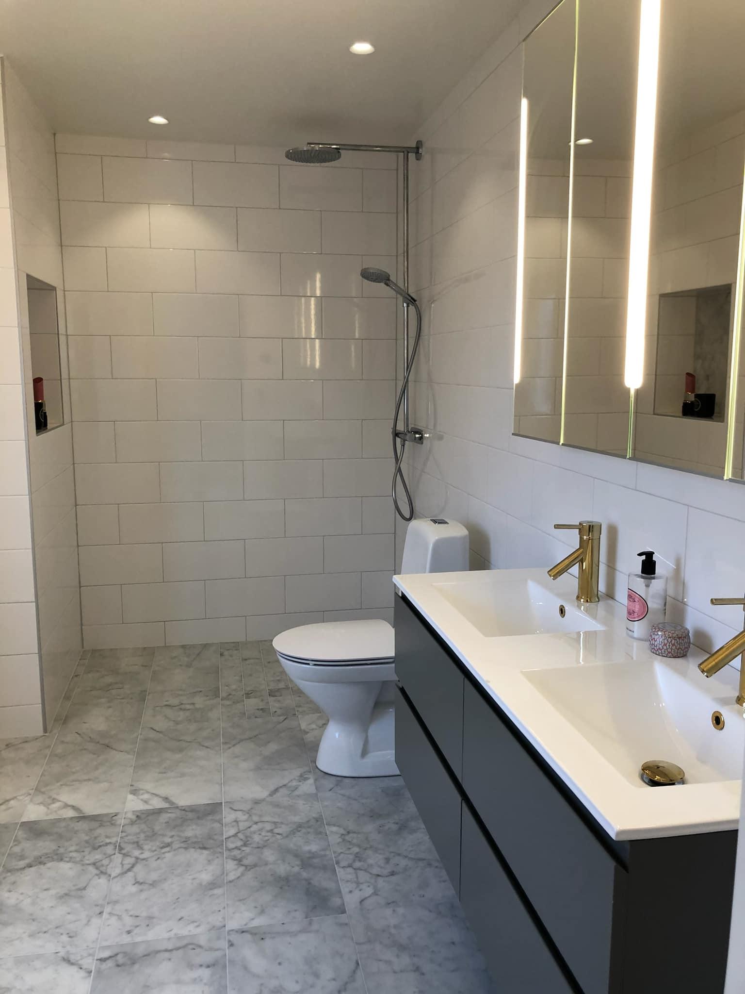 Elegant dusch och kommod - Badrumsrenovering 2021 - Snickare Sala