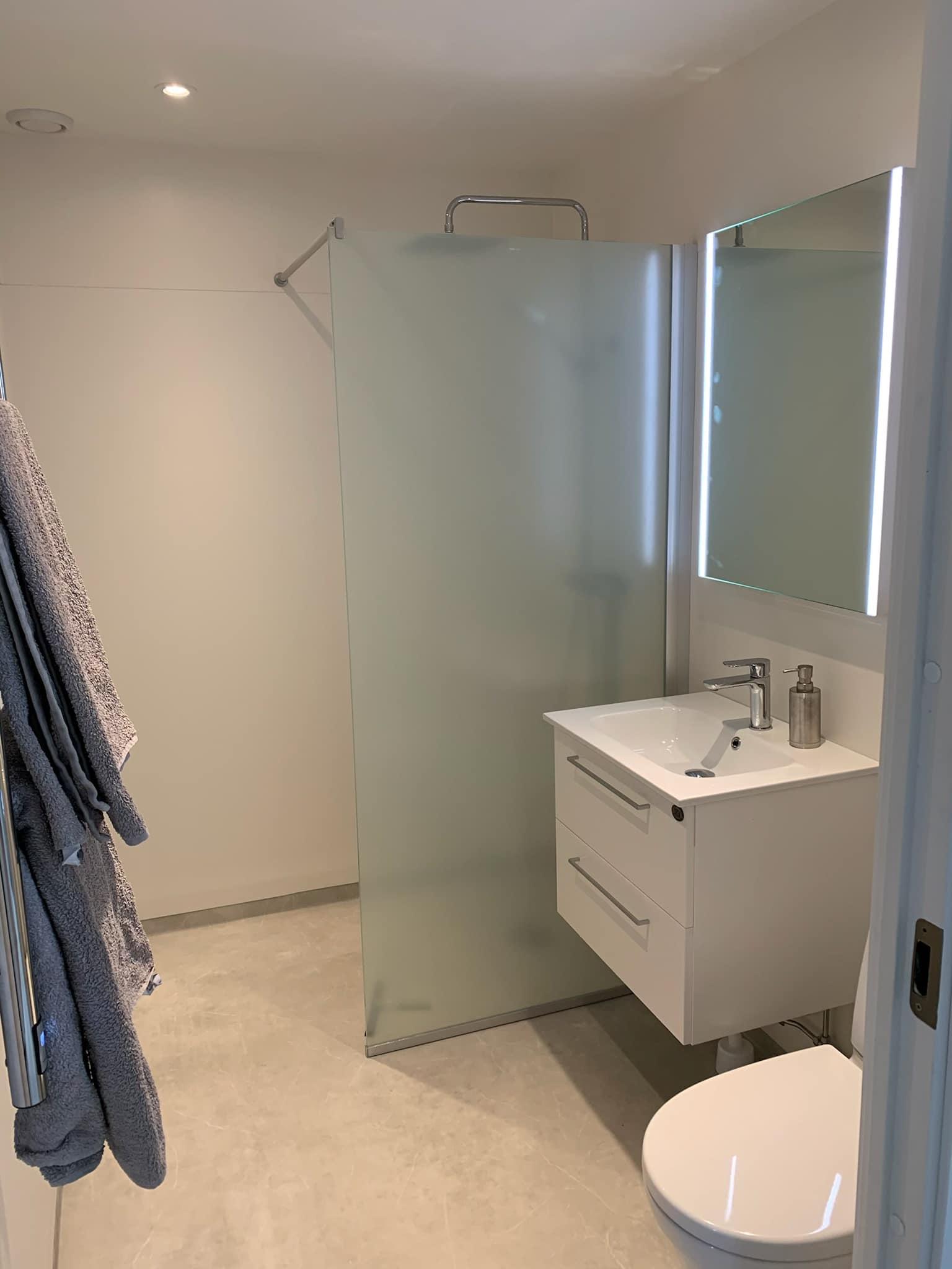 Stilrent duschrum i Sala - Badrumsrenovering 2021.