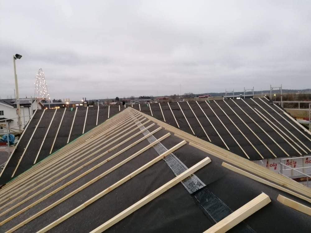 Pågående takläggning på nytt hus